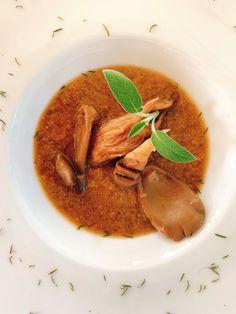Niet zomaar een gewone champignonsoep, wel een echt herfstige, volle, edele champignonsoep. Ideaal om de kleine honger te stillen of in mini-versie als aperitiefhapje. Thai Red Curry, Mini, Ethnic Recipes, Food, Mushroom, Breast Feeding, Essen, Meals, Yemek