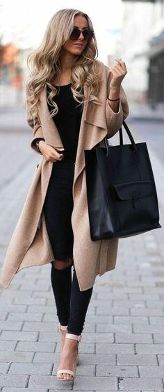un manteau long femme beige avec cheveux blonds et lunettes de soleil