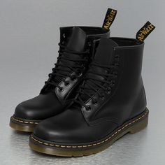 Dr. Martens Schuhe Stiefel 1460 Smooth 59 Last 8 Eye in schwarz (175 AUD) ❤ liked on Polyvore featuring shoes, boots, dr. martens, dr martens footwear and dr martens shoes