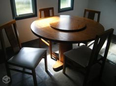 Mesa redonda com centro giratório e quatro cadeira