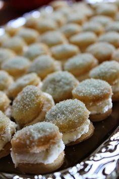 Kuvasta saattaa saada väärän käsityksen pikkuleipien koosta. Ne ovat aivan pikkuisia, halkaisijaltaan ehkä noin 2,5 cm. Kreemitäyte ja ... Finnish Recipes, Recipes From Heaven, Cakes And More, Yummy Cakes, No Bake Cake, Food Art, Sweet Recipes, Good Food, Brunch