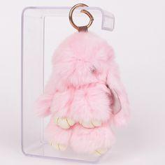Ефектен и красив аксесоар за вашите ключове или чанта. Зайчето е меко и нежно на допир в нежен розов цвят. Закачено на чантата ви ще и придаде едновременно интересен и елегантен вид. Подарете си нежност и красота за ежедневието. Зайчето е 13 см.