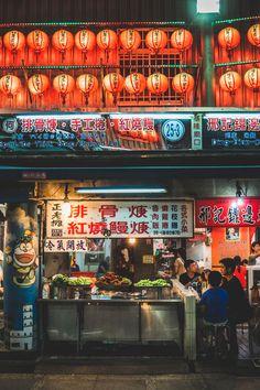 Lekker eten in Taiwan: dit zijn de beste night markets van Taipei China, Taiwan Night Market, Chinese Market, Asian Street Food, Taiwan Travel, Taipei Taiwan, Chinese Restaurant, City Streets, After Dark