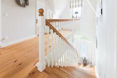 Verziertes Treppengeländer im Landhaus mit Sylter Charme - ECO System HAUS
