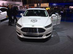 Ford havde taget en el-udgave af den nye Mondeo med; og bagved stod så en 5 liters Mustang. Lidt signalforvirring!