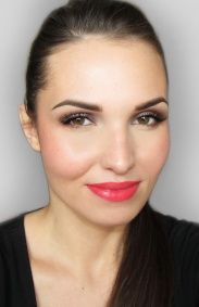 Outlines a face bronzer on the cheeks impose rozświetlacz. Cover mouth with coral lipstick.