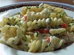 Na másle zpěníme nakrájenou cibuli s česnekem. Přilijeme mléko, vsypeme těstoviny, nakrájenou papriku a sůl.Vaříme za občasného míchání doměkka.... Pasta Salad, Food And Drink, Ethnic Recipes, Red Peppers, Crab Pasta Salad