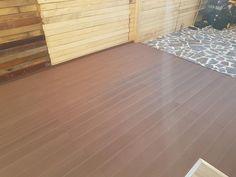 Deckul compozit lemn cu plastic, WPC de la Decolandia isi pastreaza foarte bine aspectul si culoarea peste ani. Si asta, fara sa necesite o mentenanta laborioasa ca in cazul lemnului. Hardwood Floors, Flooring, Decking, Tile Floor, Backyard, Exterior, Plastic, Bamboo, Wood Floor Tiles