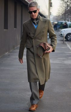 The best-dressed attendees at Milan Fashion Week Men's showed how to layer everything from shearling jackets and hoodies to cross-body bags and double-breasted suits. Fast Fashion, Men Fashion, Fashion Design, Men's Street Style Photography, Blazer Suit, Suit Jacket, Homburg, Shearling Jacket, Milan Fashion Weeks