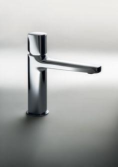 Lamé è il nuovo miscelatore per lavabo di Fantini. Disponibile con finitura cromo (in foto), cromo-bianco opaco o cromo-nero opaco in numerose dimensioni, il modello è dotato di limitatore di portata e di scarico. La serie Lamé è completata da miscelatori per doccia e per vasca.