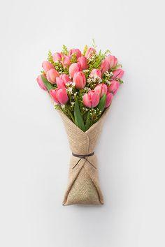 Si tu regalo son unas hermosas flores, empacalas con tela de costal, se ven hermosas