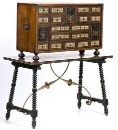 Escritorio español en nogal y ébano con aplicaciones en carey y hueso grabado y entintado, de la primera mitad del siglo XVII