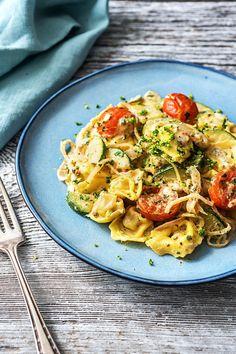 Step by Step Rezept: Tortellini Pfanne mit Kirschtomaten & Zucchini Kochen / Essen / Ernährung / Lecker / Kochbox / Zutaten / Gesund / Schnell / Frühling / Einfach / DIY / Küche / Gericht / Blog / Leicht / selber machen / backen / 25 Minuten / Veggie / vegetarisch #hellofreshde #kochen #essen #zubereiten #zutaten #diy #rezept #kochbox #ernährung #lecker #gesund #leicht #schnell #frühling #einfach #küche #gericht #trend #blog #selbermachen #backen #tortellini #vegetarisch #zucchini #pfanne