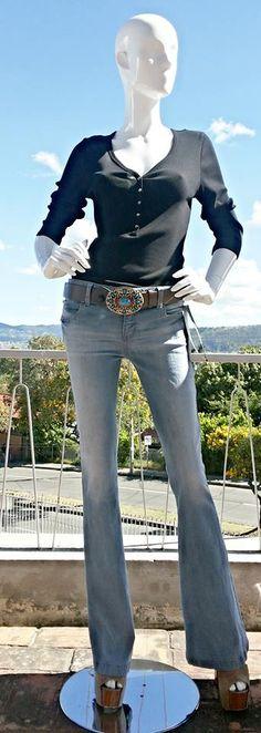 BELL BOTTOM / BOTA CAMPANA Son llamados pantalones campana por su forma amplia en la bota, fueron protagonistas en los años 70´s cuando los pantalones resurgieron como parte del movimiento hippie. Estos jeans son ideales para disimular caderas grandes y se complementan perfecto con prendas más ajustadas en la parte superior para crear un cuerpo estilizado.