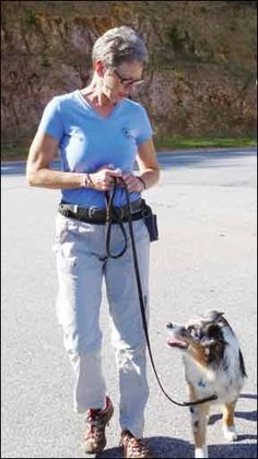 How to Teach Loose Leash Walking to Your Dog. How to get your dog to walk politely on leash – and have fun doing it. Dog Training Books, Dog Training Courses, Dog Training Videos, Training Your Dog, Mites On Dogs, Dog Clicker Training, Like A Cat, Dog Id, Service Dogs