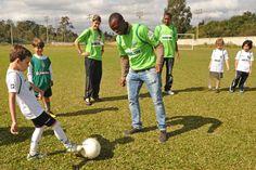 Geraldo brincando de bola com a garotada