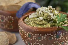 Esta es una variación más del famoso Guacamole, que se prepara con chile Poblano.