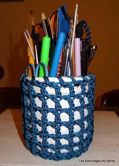 Pot à crayons... Une bouteille de lait recouverte d'un filet au crochet