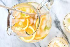 Um drink na medida certa para você curtir o Natal: Pêras, gengibre e laranjas deixam a bebida frutada e, ao mesmo tempo, nãotão doce! Ingredientes: 1 garrafa do seu Riesling favorito 3 Pêra…