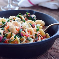 Simple pasta dish made with swiss chard, bacon, pine nuts, lemon and parmigiano reggiano! (in French)