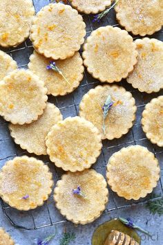 orange honey lavender shortbread cookies Fragrant with the heavenly aroma of orange zest, lavender, and honey, these buttery rounds are a sophisticated and scrumptious take on the shortbread cookie. In this recipe, floral lavender and aro& Baking Recipes, Cookie Recipes, Dessert Recipes, Recipes Dinner, Shortbread Cookies, Cookies Et Biscuits, Cheesecake Cookies, Lavender Shortbread, Culinary Lavender