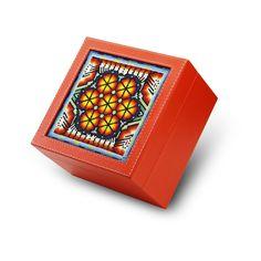 A+A Caja de Té 4 divisiones Huichol :: Caja de Té delicadamente decorada con Arte Huichol de finas chaquiras de vidrio en la tapa. Su combinación de colores logra el balance perfecto logrando un estilo único y original para el momento de tomar el té.