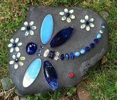 Mosaic Garden Art, Mosaic Flower Pots, Mosaic Art, Mosaic Glass, Rock Painting Ideas Easy, Rock Painting Designs, Stone Crafts, Rock Crafts, Mosaic Rocks