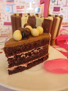 Tarta de chocolate Especial Cumpleaños Sin Lactosa excepto la decoración de Kitkat que es con lactosa. no la uses si eres intolerante !!