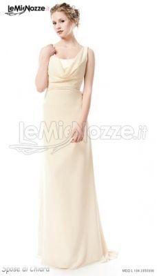 http://www.lemienozze.it/operatori-matrimonio/vestiti_da_sposa/silwa_sposa/media/foto/10 Abito da sposa con scollo drappeggiato, dalla linea morbida e classica: scopri di più sul modello e guarda la collezione!