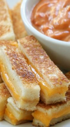 These Mini Grilled Cheese Sandwiches are the perfect party snack. Either way, your guests will love this tasty appetizer. Mini Sandwiches, Finger Sandwiches, Baby Food Recipes, Snack Recipes, Cooking Recipes, Tea Recipes, Burger Recipes, Mini Grilled Cheeses, Lunch Snacks
