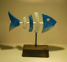 Wood Art Illustration of fish of wood and metal. Blue, gray and wood at the base. Fish Crafts, Beach Crafts, Wooden Projects, Wooden Crafts, Wood Rocking Horse, Driftwood Fish, Wooden Fish, Fish Art, Fish Fish