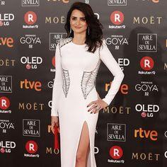 Y entonces llegó ella. Penélope Cruz siempre triunfa en los Goya y tenemos que reconocer que este vestido blanco de @versace_official es fabuloso y le sienta como un guante. #trendencias #goya2018 #premiosgoya #penelopecruz #versace #dress #vestido #lookoftheday #redcarpet #alfombraroja #redcarpet