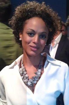 TV Moderatorin Milka Loff Ferandes kombiniert die Fiorella Necklace gekonnt zu einem edlen Business Outfit.