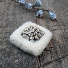 Brož /Brooch /Spilla. Pečlivě pevně jehlou plstěná brož s keramickým kabošonem.  rozměr cca 4x4cm.  Materiál: plsť, keramika, rouno, ceramics, webs, others, Brooches Handmade, Felt, Earrings, Jewelry, Ear Rings, Felting, Stud Earrings, Jewlery, Jewerly
