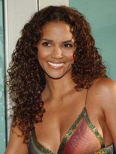 Halle Berry Bikini, Halle Berry Hot, Vinyasa Flow Sequence, Pictures Of Halle Berry, Halley Berry, Crazy Eye Makeup, Neutral Eyes, Beautiful Black Women, Pretty Black