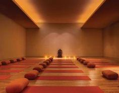 simple lighting :) Yoga Studio Design, Yoga Studio Interior, Yoga Room Design, Meditation Space, Yoga Meditation, Gym Lighting, Cove Lighting, Indirect Lighting, Ceiling Lighting