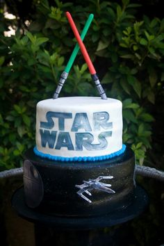 Star Wars birthday cake- I sooo need to get trav this for his next bday.