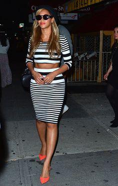 La cantante viste conjunto de top y falda estampados con rayas blancas y negras