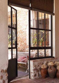 Una  casa de campo sencilla de aire clásico / A peaceful country house with a classic atmosphere