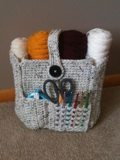 Ravelry: Crocheted Organizer Bag pattern by Too Yarn Cute. and this thing is way tooooooooooo cute! omg i am going to have to make one of these for my mom and all of my friends who crochet! Crochet Home, Crochet Crafts, Crochet Yarn, Yarn Crafts, Diy Crafts, Crochet Organizer, Crochet Storage, Crochet Motifs, Crochet Stitches