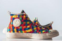 Converse總算不負眾望,終於有了『台灣』、香港、韓國和中國大陸的限定鞋款!  光是今年,Converse就出現多次與過去截然不同令人驚喜的款式,但往往都是國外限定,台灣總是看的到買不到,令人很心酸。  這次的亞洲限定 Converse Chuck Taylor All Star 推出高統和低統兩款鞋型,鞋面精緻的編織實在讓人著迷。值得一提的是,Converse還將編織的設計運用在鞋帶孔的造型中,讓整雙鞋的整體感和一致性更加上乘了。 http://www.everydayobject.us/2014/10/15/chuck-taylor-all-star/