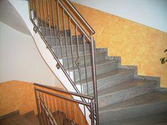 Durch Spachteltechniken verziertes Treppenhaus in gelb-orange vom Malerfachbetrieb Stefan Lamprecht in Sinzheim (76547) | Maler.org