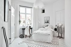 Spacious White Scandinavian Apartment With Black Details - Gravity Home - Interior Design Fans Scandinavian Style, Scandinavian Interior Bedroom, Cosy Interior, Scandinavian Apartment, Interior Ideas, Minimalist Bedroom, Minimalist Decor, Home Bedroom, Bedroom Decor