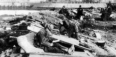 Soldado francés leyendo durante una tregua en las trincheras de Flandes