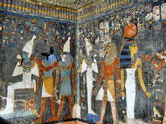 Tomba di Horemheb: gli dei accolgono il Re tra di loro; -pittura su muro, con live rilievo; -situato nella Valle dei Re;