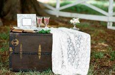 Risultato della ricerca immagini di Google per http://www.moderngirlinvitations.com/modernbrideguide/wp-content/uploads/2010/07/shabby-chic-guest-book-table.jpg