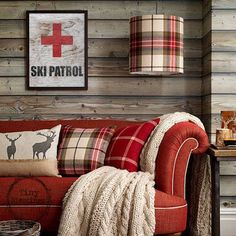 Cabin decor: rustic living room with red couch and tartan accessories Country House Interior, Home Interior, Country Homes, Country Living, Luxury Interior, Deco Champetre, Interiores Design, Rustic Decor, Rustic Wood
