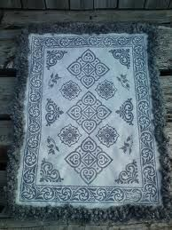 Symetrisk trykk - liker :-) Sheepskin Rug, Weaving, Rugs, Products, Farmhouse Rugs, Loom Weaving, Floor Rugs, Stitches, Rug