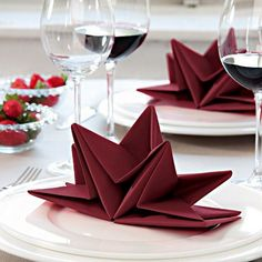 ▷ 1001 + ideas for Insta-worthy napkin folding techniques and tutorials christmas-napkin-folding-star-shaped-red-napkin-on-white-plate-wine-glasses Christmas Napkin Folding, Christmas Tree Napkins, Christmas Table Settings, Noel Christmas, Christmas Decor, Napkin Folding Video, Paper Napkin Folding, Wedding Napkin Folding, Ostern Party