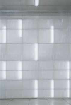 I don't know why but I always enjoy fluorescent lights behind corrugated plastic sheets.Maybe because it gives a subtle light. This would work nicely with OLED light sources too. Interaktives Design, Design Case, Wall Design, Corrugated Plastic Sheets, Corrugated Wall, Villa Mix, Glass Partition, Window Glass, Facade Architecture